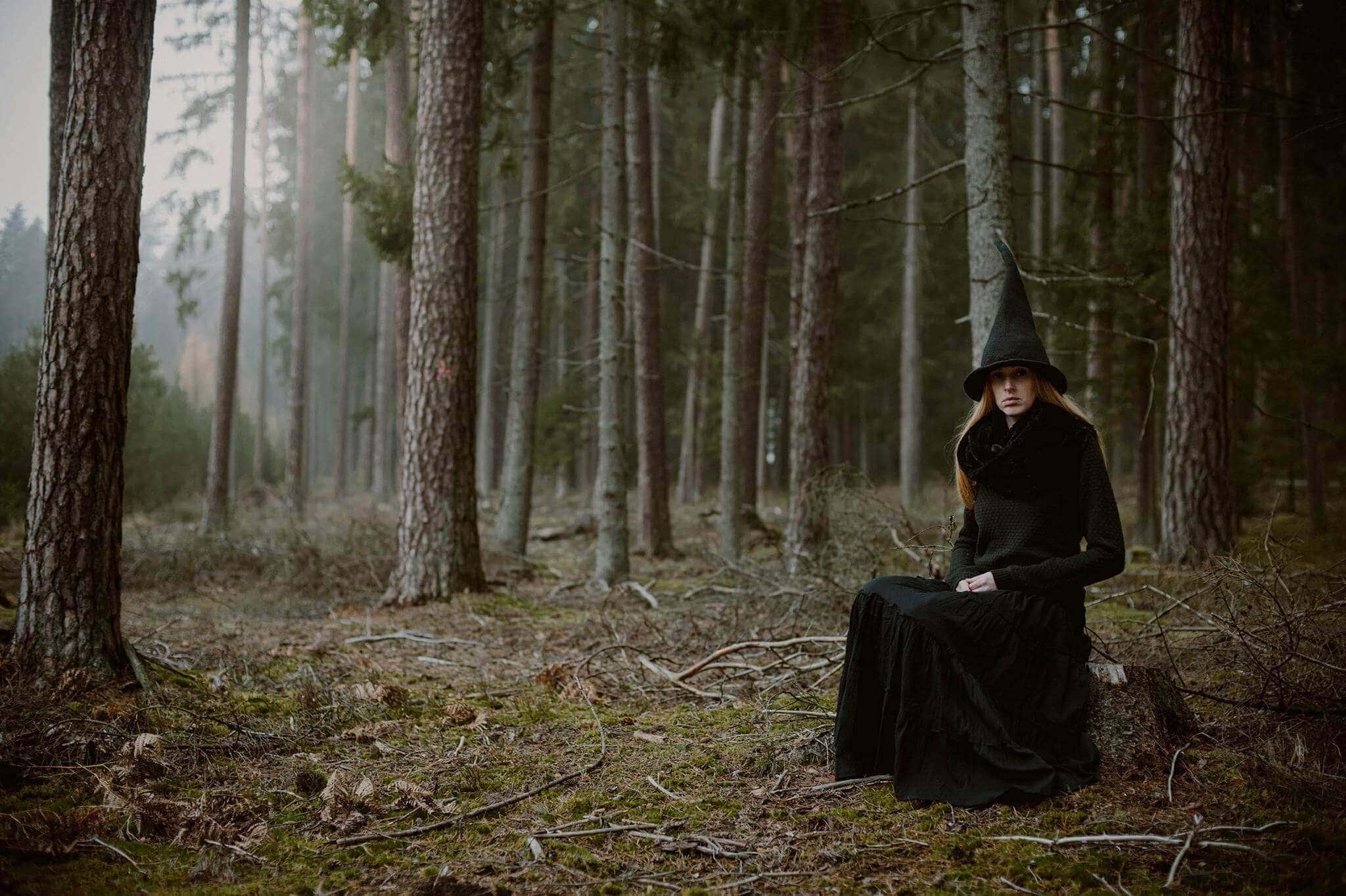 dziewczyna w czapce wiedźmy w lesie