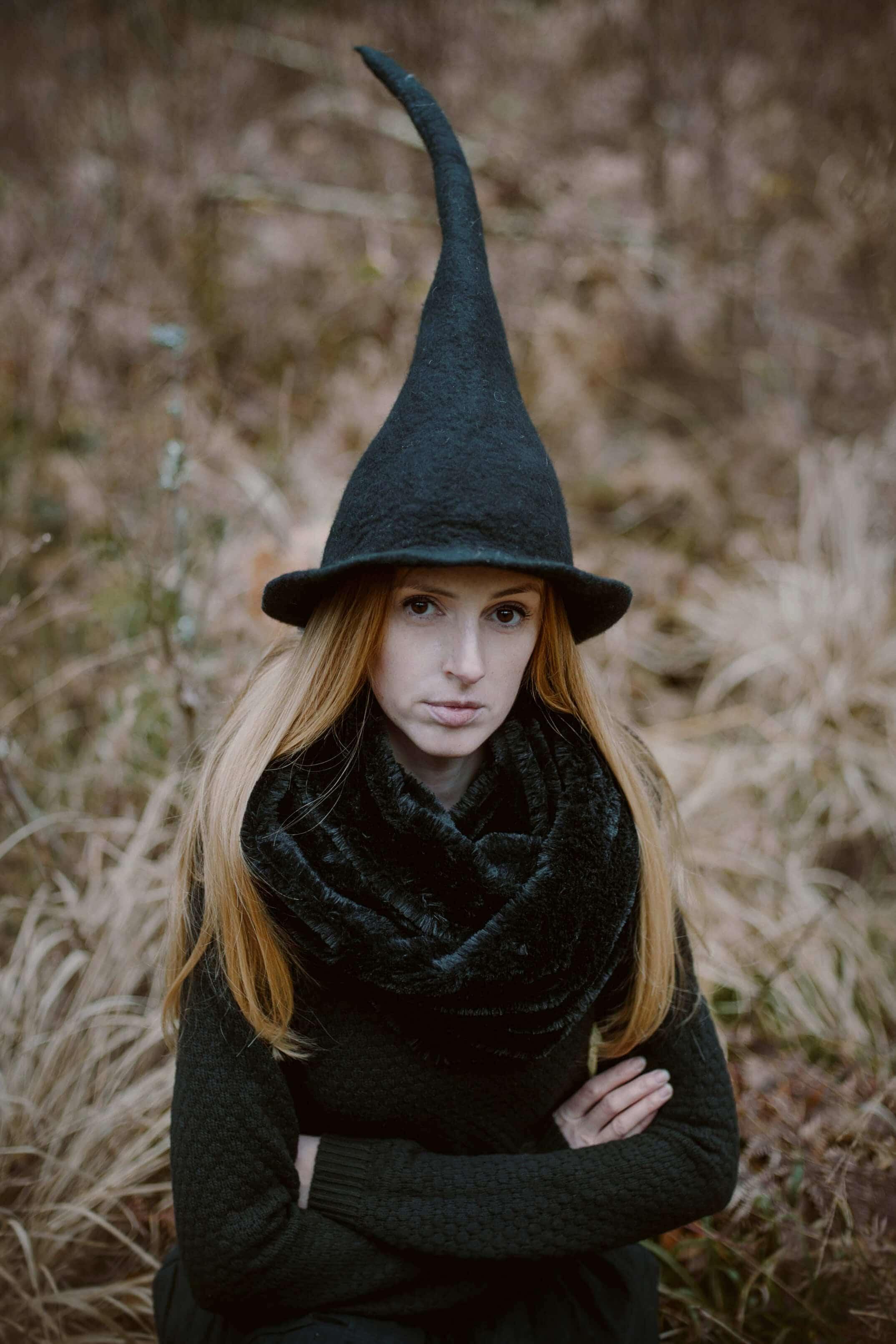 dziewczyna w czarnej czapce wiedźmy