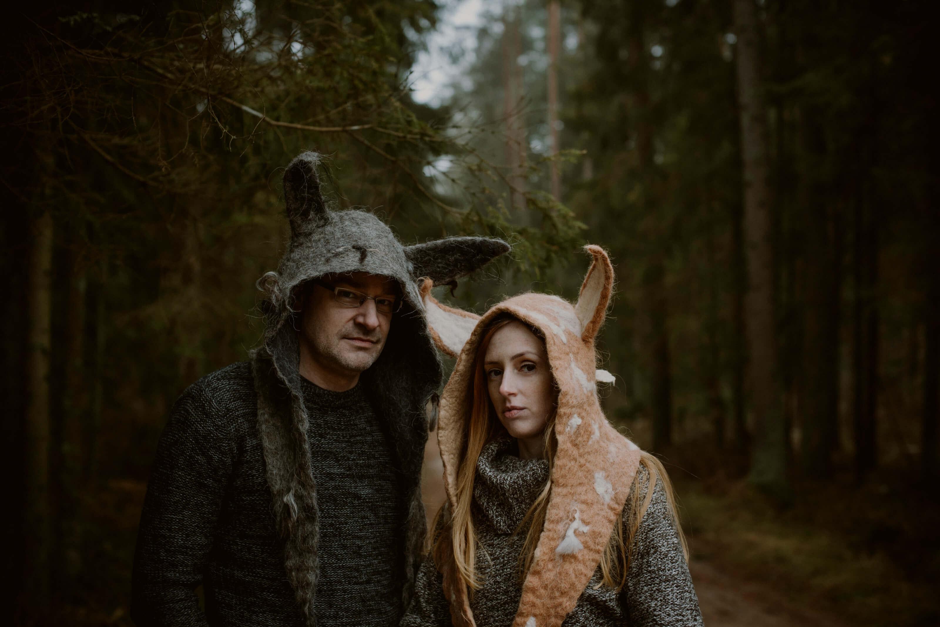 para w kostiumach lisa i wilka