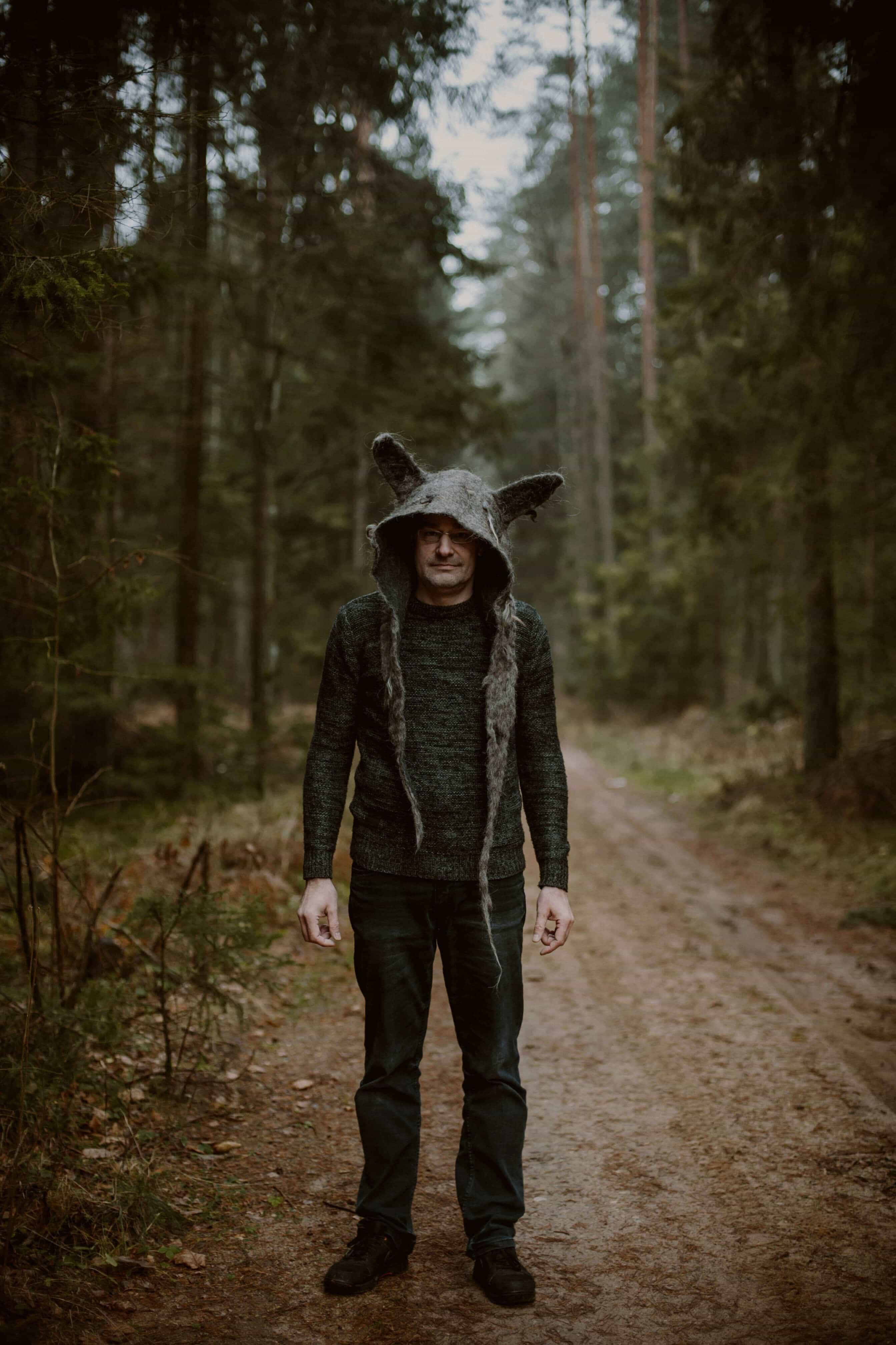 chłop w kapturze wilka w lesie