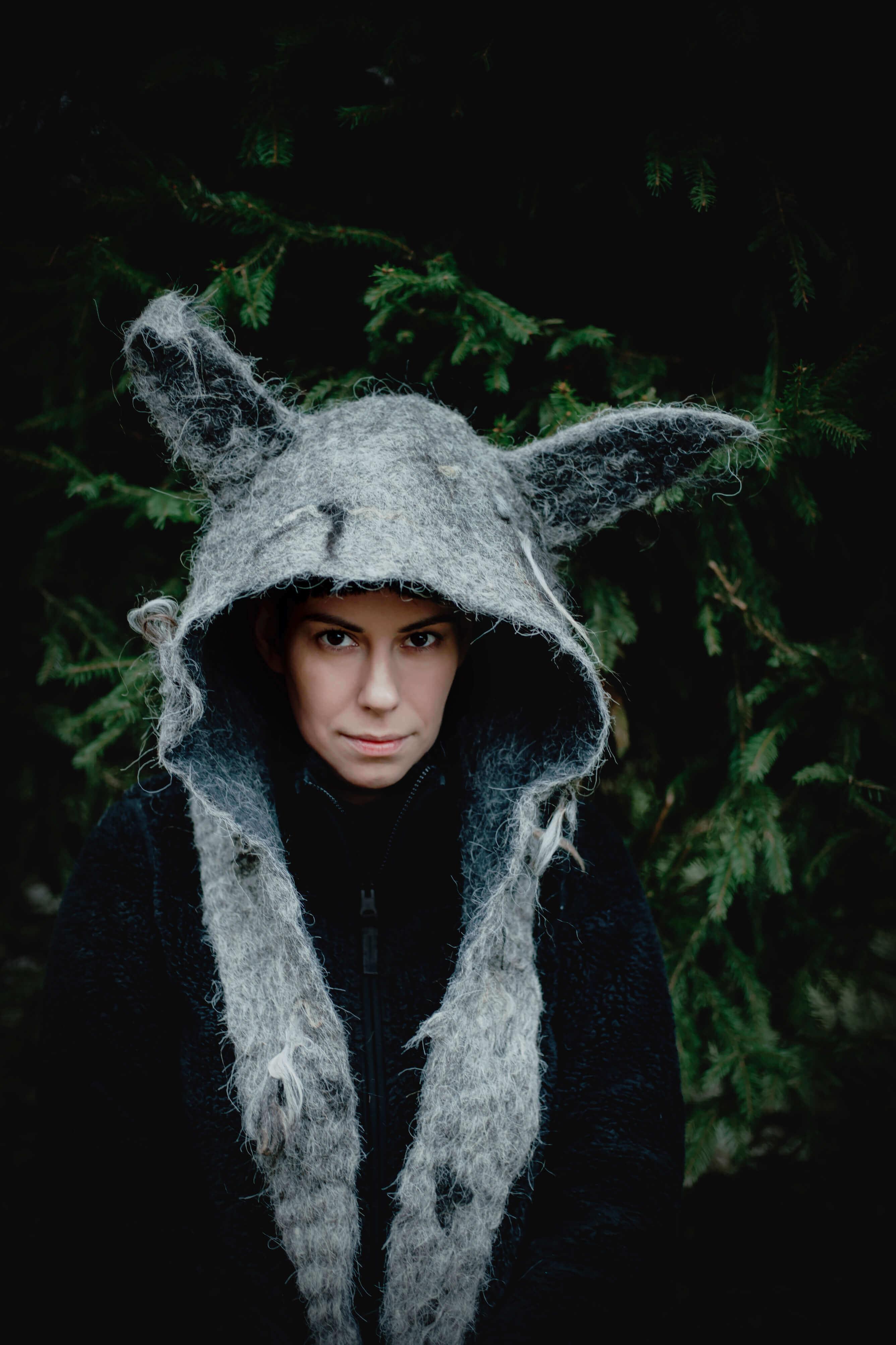 dziewczyna w kapturze kostiumie wilka