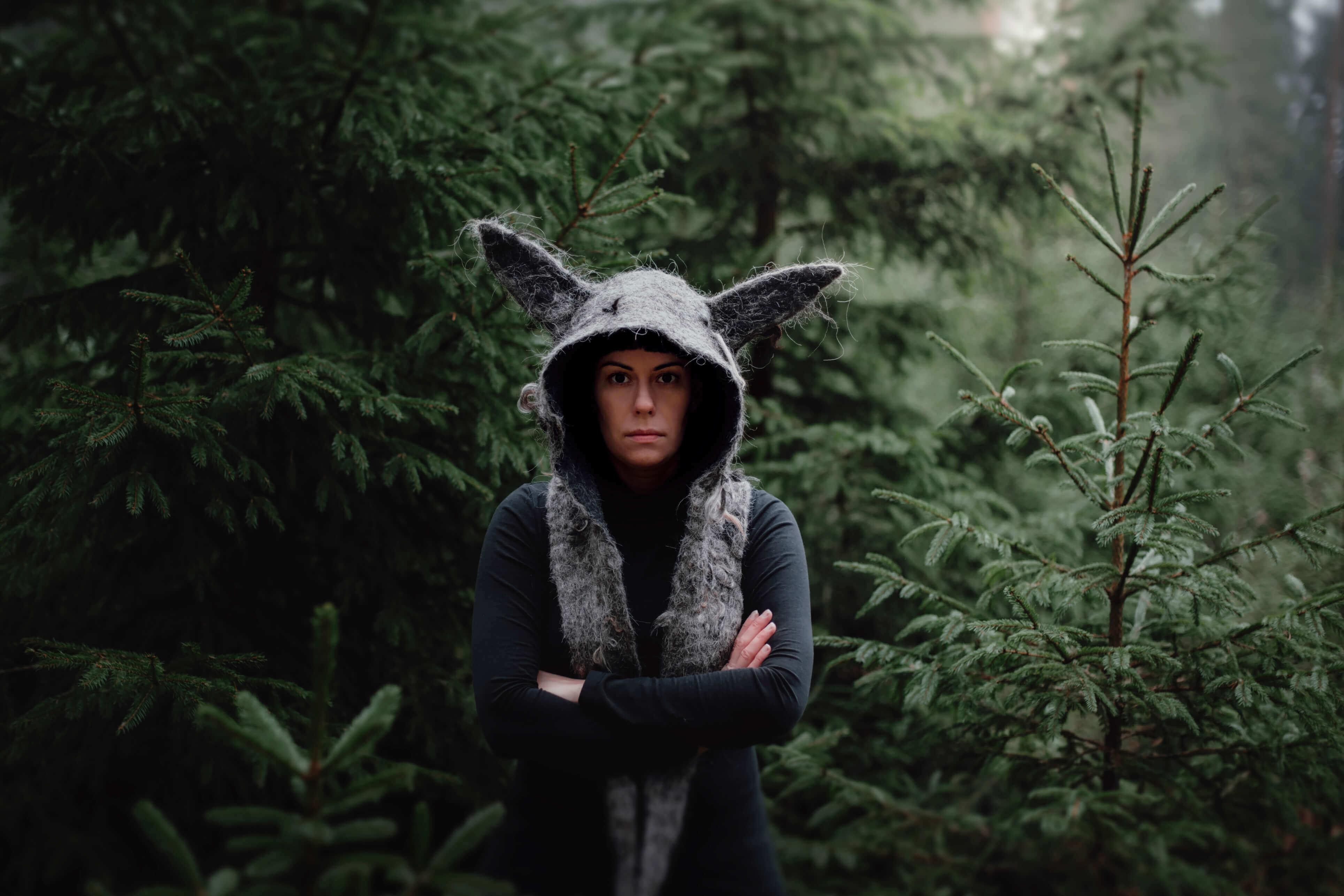 dziewczyna w lesie w kapturze wilka