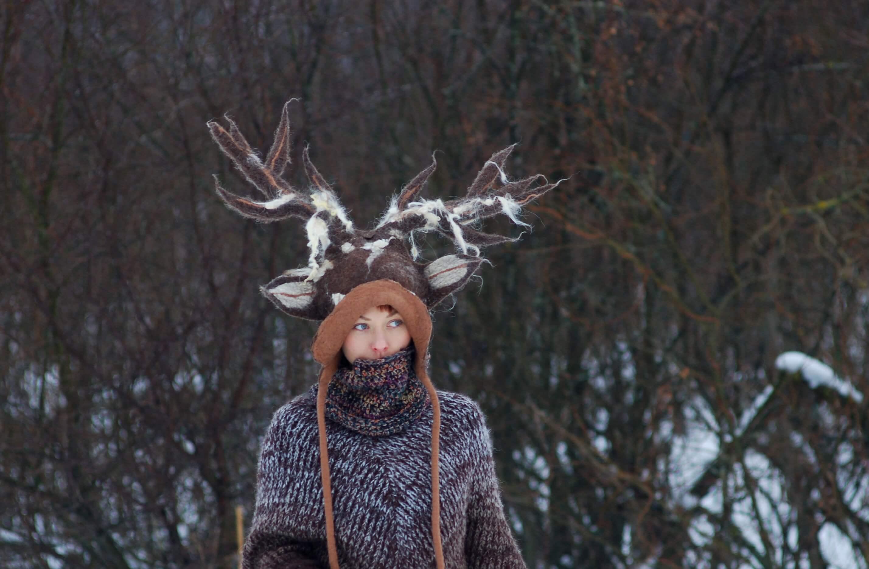 zdjęcie dziewczyny w czapce jelenia z rogami