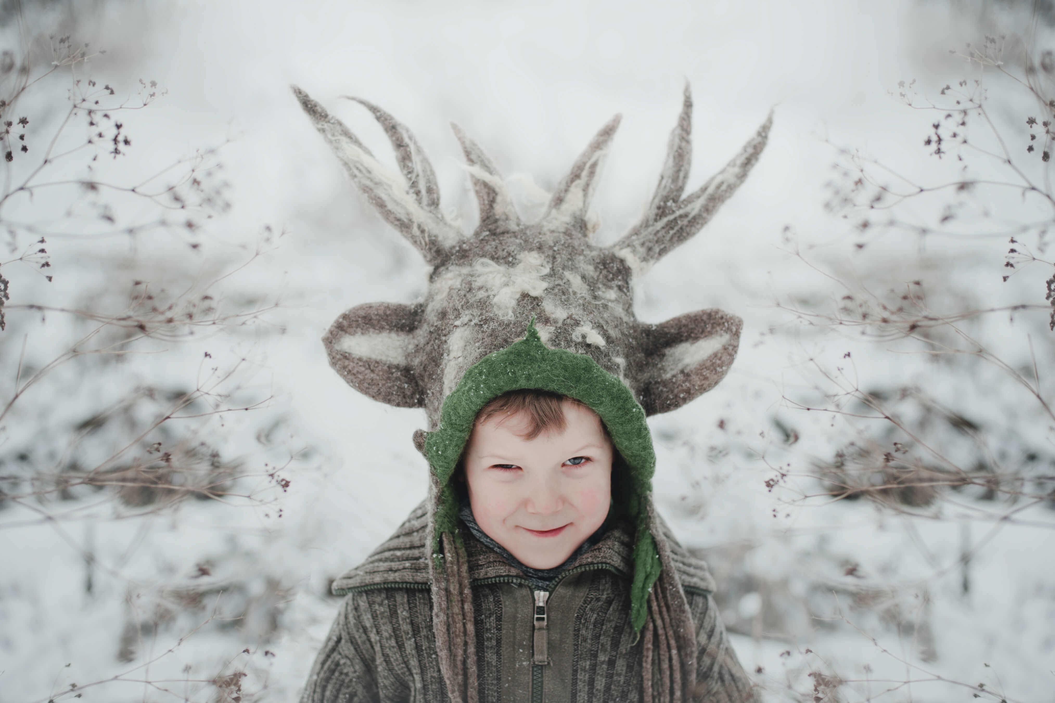 chłopiec w czapce jelonka