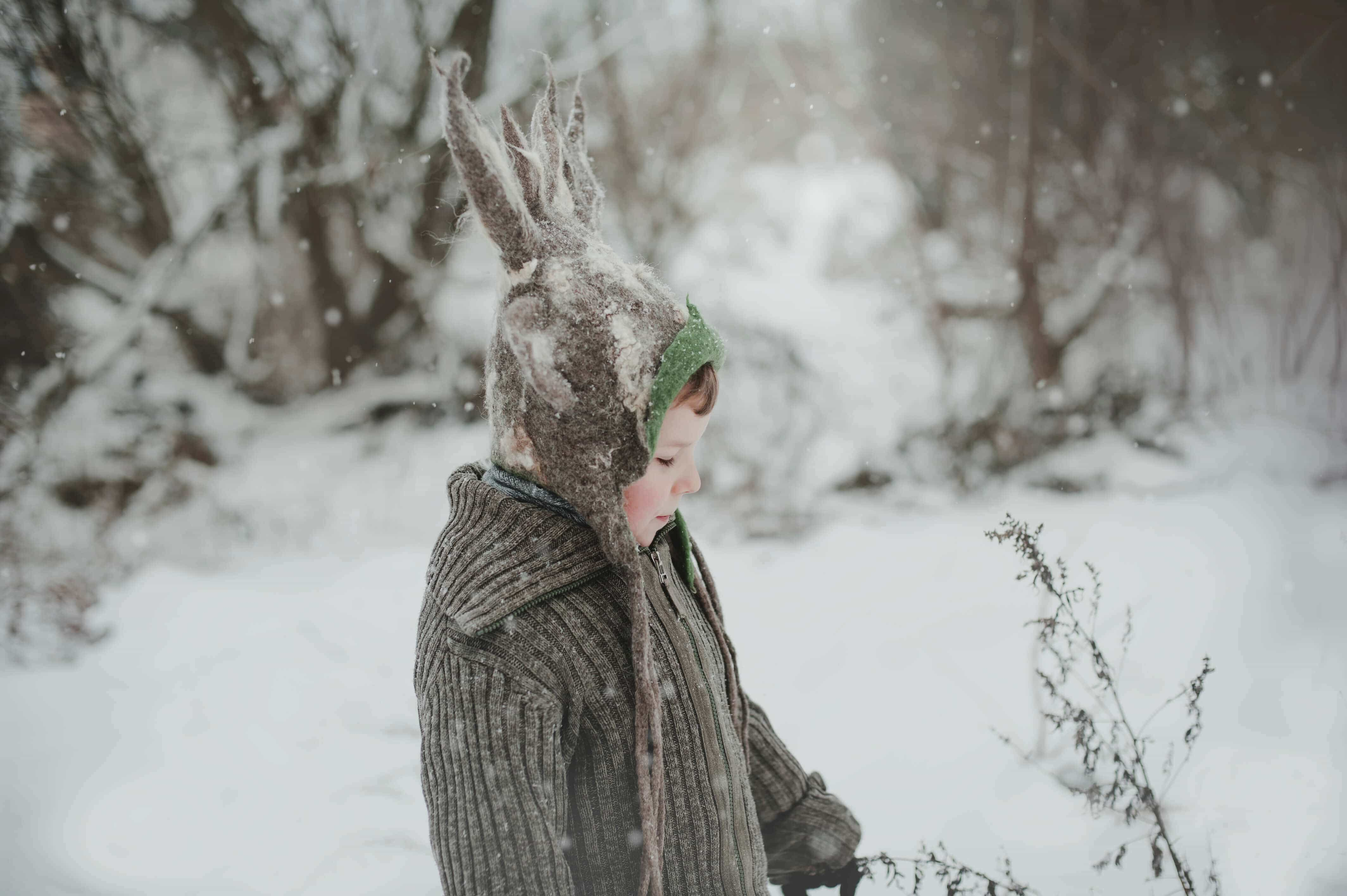 chłopiec w czapce jelenia