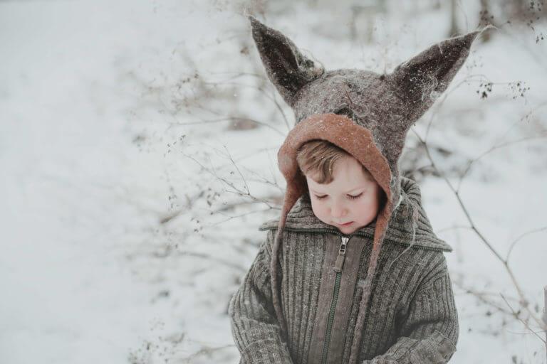 chłopiec w czapce wilka