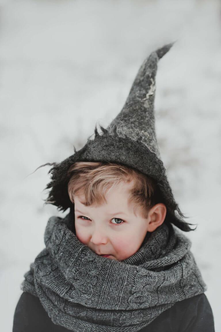 chłopiec w czapce czarodziejA