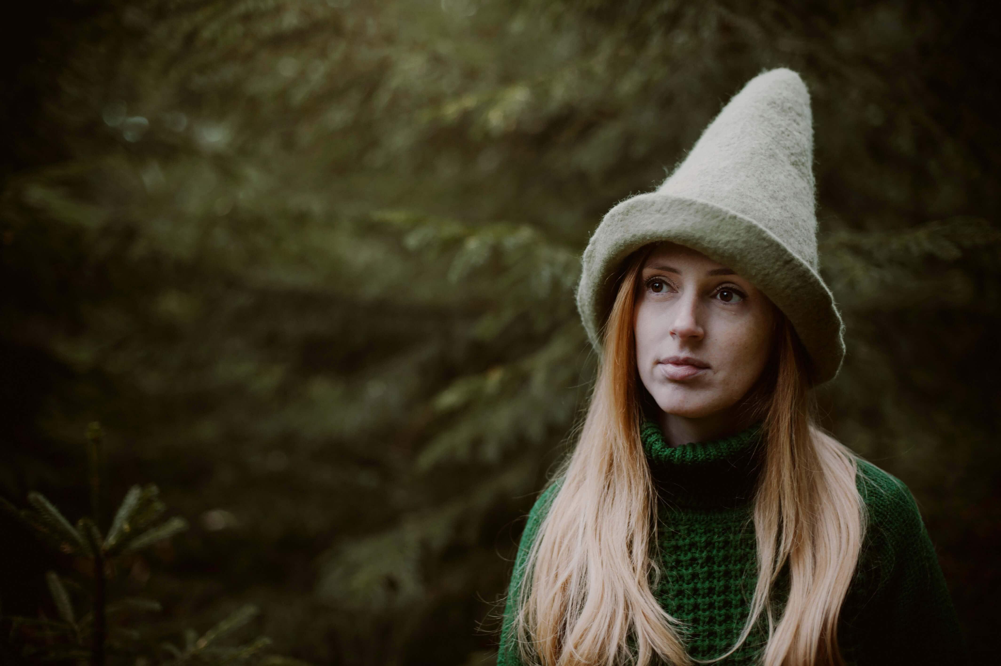 dziewczyna w czapce elfa