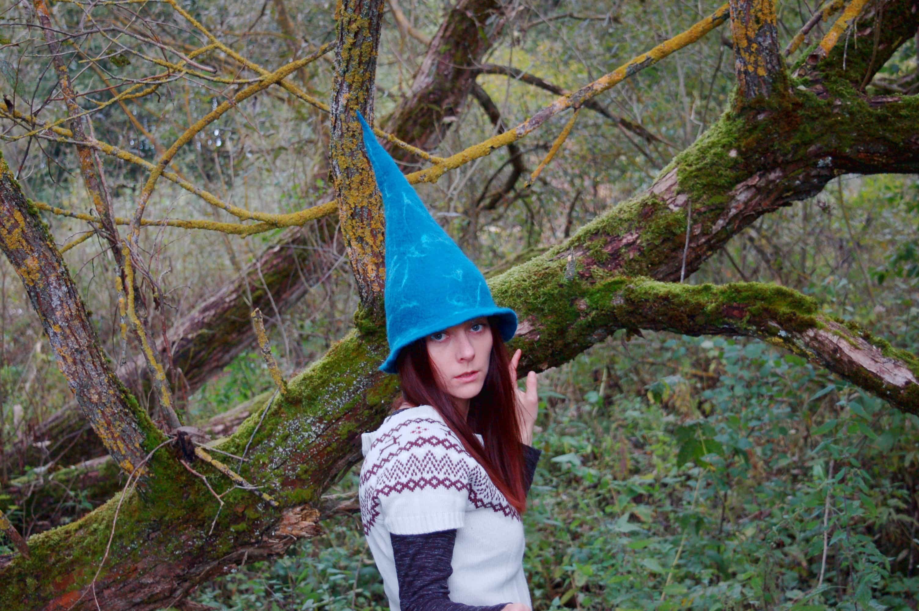 niebieska czapka spiczasta