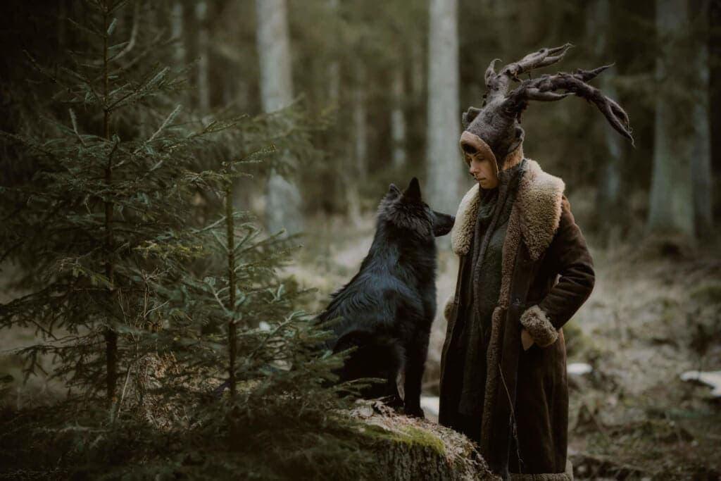 dziewczyna w czapce jelenia z psem