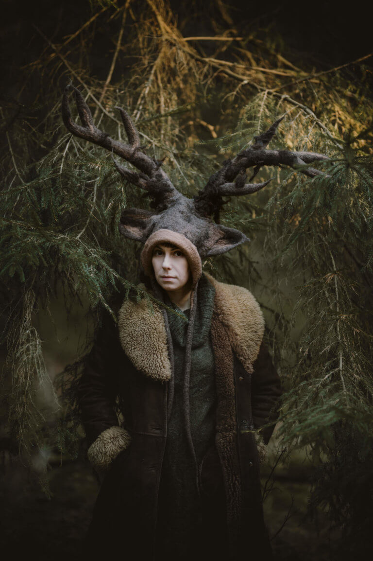dziewczyna w czapce jelenia