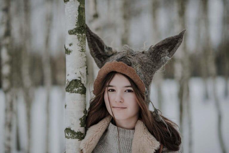 dziewczynka w czapce wilka