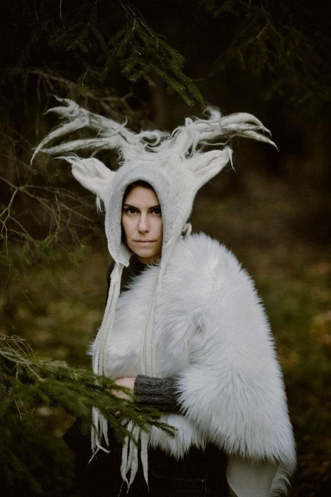 biały jeleń czapka